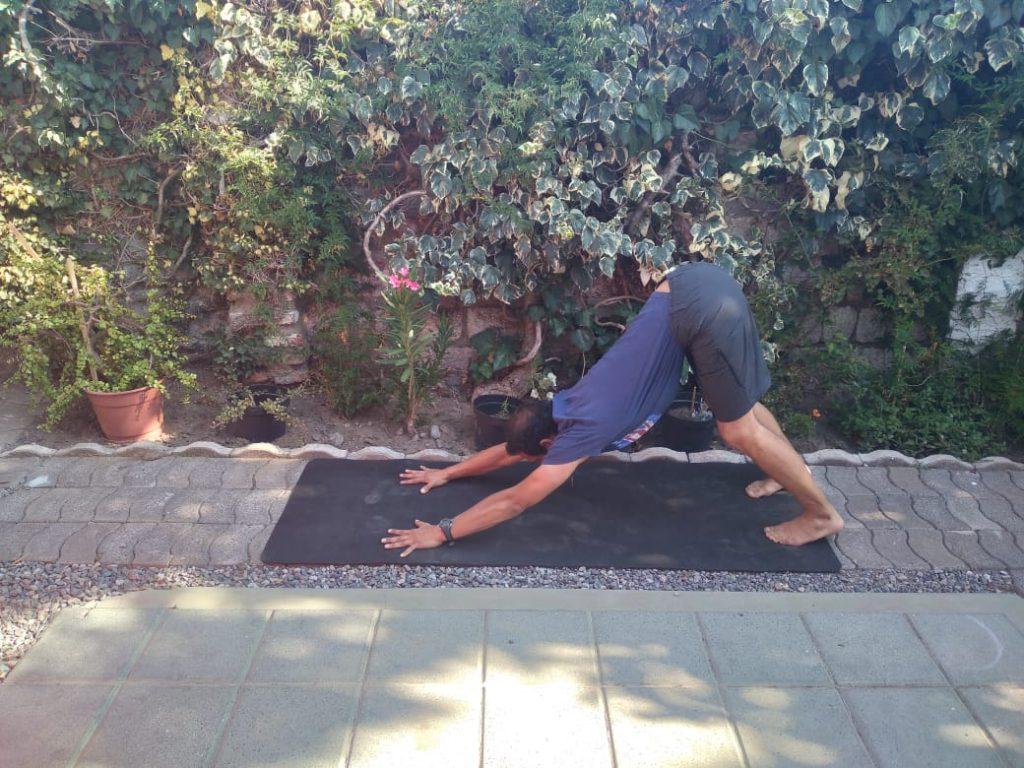 Victor Drogett recomienda seis posturas y movimientos de yoga para las articulaciones de la espalda.