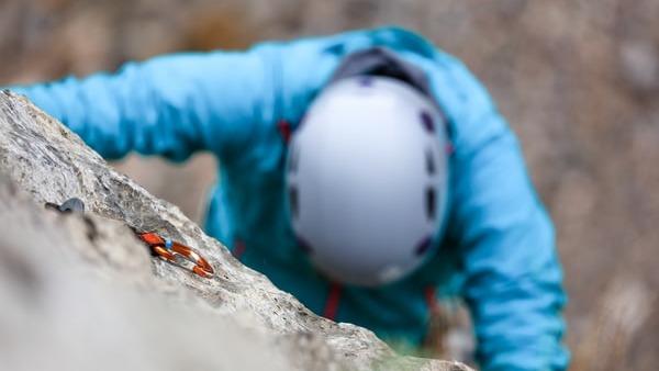 como elegir y como usar el casco de escalada